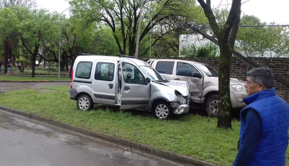 Tremendo choque en Avellaneda dejó a los dos vehículos sobre la vereda y llevaron al hospital a uno de los conductores, un hombre de 78 años.