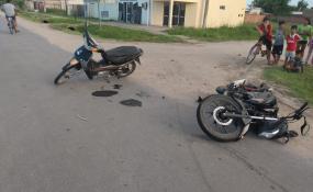 Dos vecinos lesionados al chocar en moto en Barrio Don Héctor. Uno de ellos es policía.