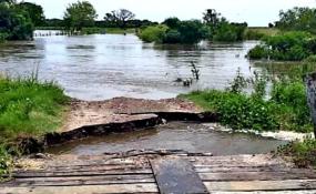 Está inhabilitado al tránsito el puente sobre el Arroyo El Gusano en Colonia Durán. Video y otra postal del Norte desatendido.