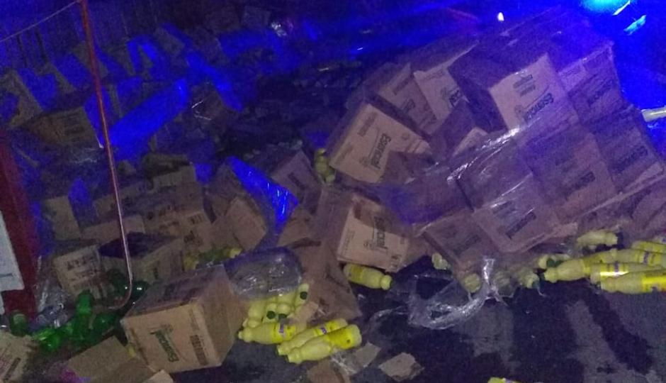 En Ruta 11 volcó un acoplado cargado con productos de limpieza y el conductor culpó a un bache.