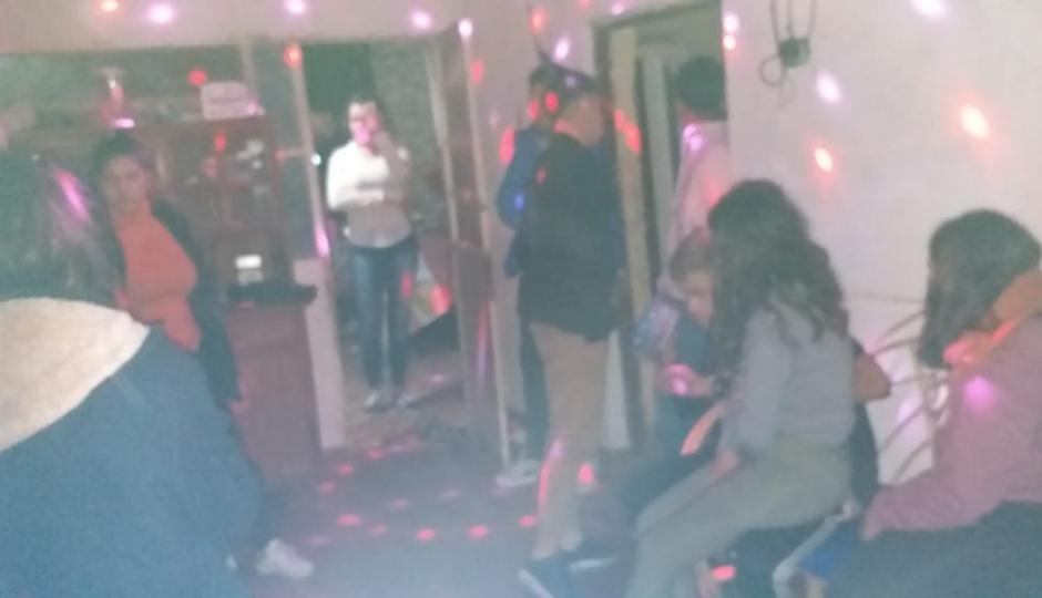 Chau tu fiesta en plena madrugada cuando aparecieron policías y gendarmes por incumplir el aislamiento. Arrestaron al dueño de casa y una decena de invitados.