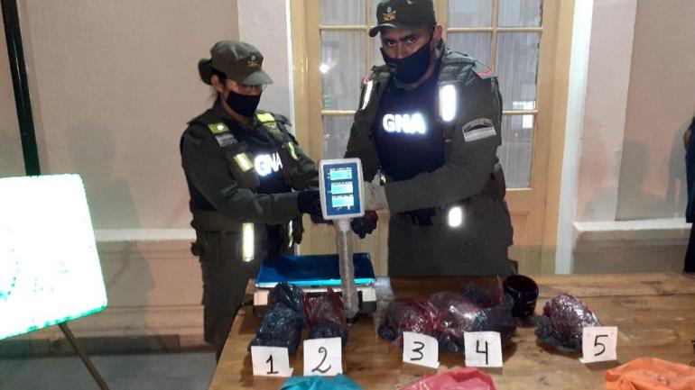 Gendarmería pesando droga secuestrada.