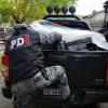 Secuestraron cuantiosos juegos de casinos, armas de fuego y un auto. Hay un detenido.