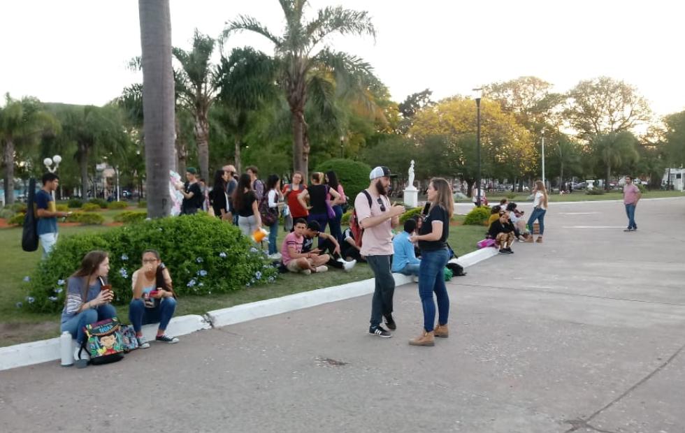 Intervención artística en la plaza central del Reconquista. Enmarcada en la semana de las artes. Video de la cobertura de RH.