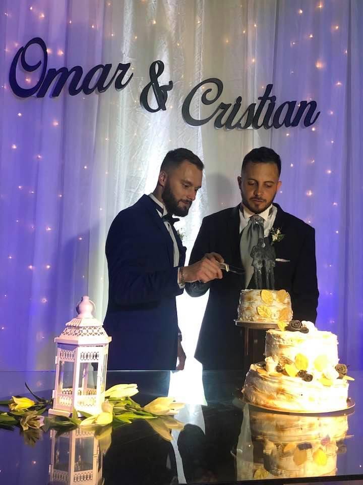 Cristian Medina y Omar Tulian torta en la fiesta de casamiento 08112019.jpg