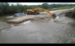Mirá el video donde el agua se llevó puente y el desvío precario que construyó Vialidad Provincial en la Ruta 98s entre Moussy y La Sarita.