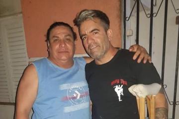 Carlos Martín Oviedo ya enyesado por fractura de tibia y peroné junto a Hugo Gamarra.jpg copy