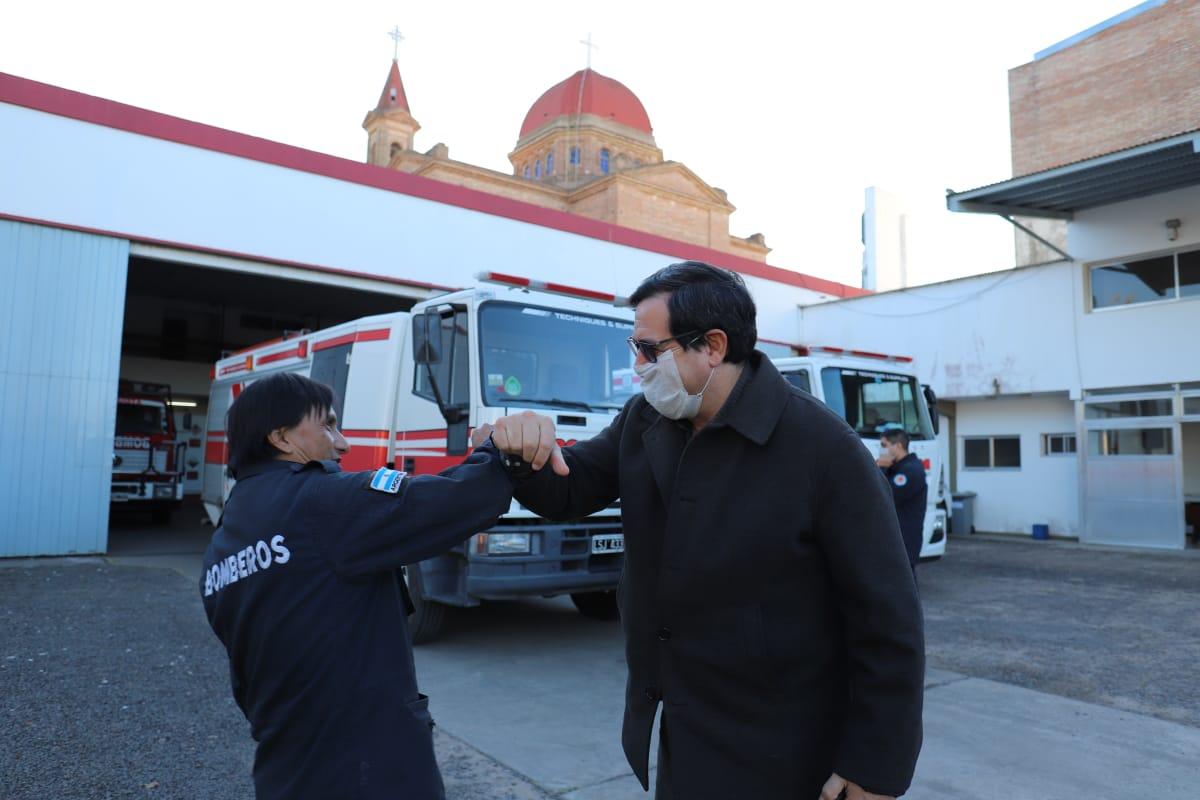 bombero con Enri.jpg